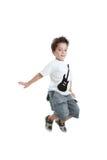 Scherzen Sie das Springen mit einem T-Shirt mit einer gemalten Gitarre Stockfotos