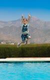 Scherzen Sie das Springen in Pool Stockfotografie