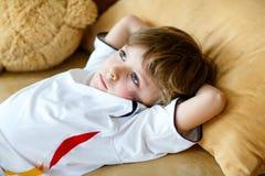 Scherzen Sie den Jungen, der über verlorenes Fußball- oder Fußballspiel traurig ist Stockbilder