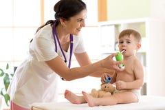 Scherzen Sie den Jungen, der Atmungskrankheit von Doktor der medizinischen Fachkraft mit Inhalator helfen lässt stockbild