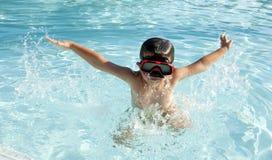 Scherzen Sie in den Swimmingpool Stockfotos