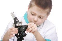Scherzen Sie die Justage des Mikroskops Stockfotografie