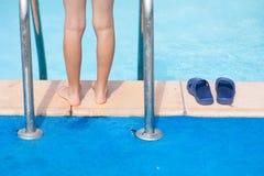 Scherzen Sie Fahrwerkbeine auf der Seite des Pools Lizenzfreie Stockfotos