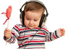 Scherzen Sie in gestreiftem Hemd mit Kopfhörern und rotem Innerem Stockbilder