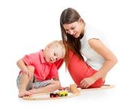 Scherzen Sie Jungen und sein Mutterspiel mit Blockspielzeug Lizenzfreie Stockfotos