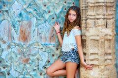 Scherzen Sie Mädchentouristen in der alten Stadtmittelmeertür Stockfoto