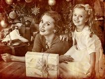 Scherzen Sie mit Mutter nahe Weihnachtsbaum und Geschenken Stockfotos