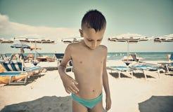 Scherzen Sie Porträt auf dem Strand, nachdem Sie im Meer geschwommen sind Stockfotografie