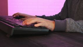 Scherzen Sie ` s Hände unter Verwendung der Tastatur beim Spielen des Computerspiels stock video