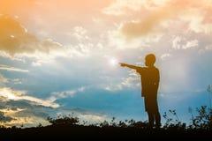 scherzen Sie Schattenbild, Momente der Freude des Kindes Suchen nach Zukunft, O Lizenzfreie Stockfotos