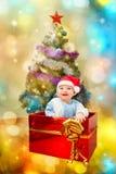 Scherzen Sie unter dem Baum ein Geschenk für das neue Jahr Stockfotos
