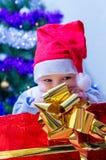 Scherzen Sie unter dem Baum ein Geschenk für das neue Jahr Lizenzfreie Stockbilder