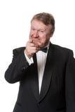 Scherzender Mitte gealterter Mann beim Smokingszeigen Stockbild