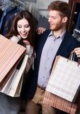 Scherzende Paare im Geschäft Lizenzfreies Stockbild