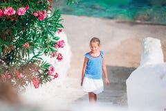 Scherzi alla via del villaggio tradizionale greco tipico con le pareti bianche e le porte variopinte sull'isola di Mykonos, in Gr Fotografie Stock