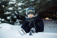 Scherzi in camici blu che si siedono nella neve fotografie stock libere da diritti