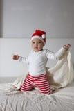 Scherzi in cappello di Santa che gioca sulla casa del letto, la luce, nuovo Year& x27; concep di s Immagine Stock Libera da Diritti