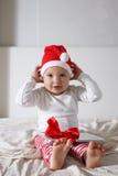 Scherzi in cappello di Santa che gioca sulla casa del letto, la luce, nuovo Year& x27; concep di s Fotografia Stock