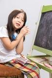 Scherzi con la lavagna/bambino con il fondo della lavagna Fotografia Stock