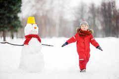 Scherzi durante la passeggiata in un parco nevoso dell'inverno Immagini Stock Libere da Diritti