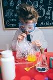 Scherzi fare le bolle di sapone con paglia in vetro Immagini Stock Libere da Diritti