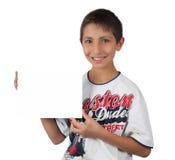 Scherzi i sorrisi toothy che tengono il segno bianco del documento in bianco Fotografie Stock Libere da Diritti
