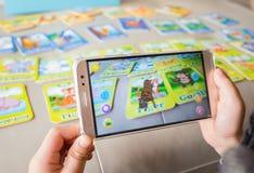 Scherzi il gioco del pop-up aumentato della realtà della tigre via il cellulare fotografie stock libere da diritti