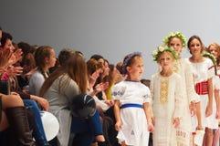 Scherzi il giorno di modo del ` s durante la settimana di modo della Bielorussia il 29 ottobre 2017 a Minsk, Bielorussia Immagine Stock