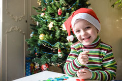 Scherzi il ragazzo del bambino che fa dalle decorazioni di natale delle mani Immagine Stock Libera da Diritti
