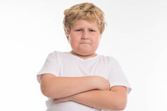 Scherzi il ritratto arrabbiato del ragazzo dello studio del bambino su bianco immagine stock libera da diritti