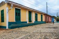 Scherzi la camminata davanti alle case variopinte in Trinidad, Cuba Immagine Stock Libera da Diritti