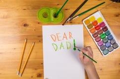 Scherzi la cartolina d'auguri di tiraggio per il giorno di padri, spazio vuoto per testo immagini stock