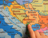 Scherzi la mostra del Balcani sulla mappa e sul Montenegro Fotografie Stock Libere da Diritti