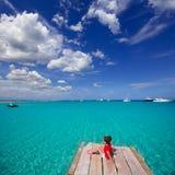 Scherzi la ragazza che esamina il mar Mediterraneo tropicale dal pilastro di legno Immagini Stock Libere da Diritti