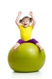 Scherzi la ragazza che fa la ginnastica con la palla sopra fondo bianco fotografie stock