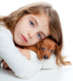 Scherzi la ragazza con il mini cane della mascotte dell'animale domestico del pinscher Immagine Stock