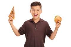 Scherzi la tenuta un panino e della fetta di pizza Immagine Stock