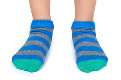 Scherzi le gambe in calzini a strisce isolati su fondo bianco fotografie stock libere da diritti