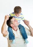 Scherzi le spalle del papà di guida del ragazzo isolate su bianco Immagine Stock Libera da Diritti