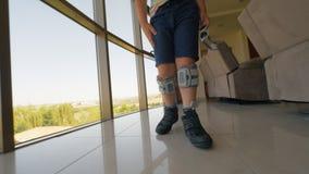 Scherzi subire la terapia elettrica funzionale di stimolazione con il sistema del piede cadente video d archivio