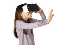Scherzi usando gli occhiali di protezione di realtà virtuale, isolati su bianco Fotografia Stock