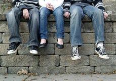 Scherzt die Füße baumelnd Lizenzfreies Stockfoto