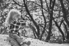 Scherzt enyoj glücklichen Tag Kinderspiel im Sand im Frühjahr oder im Sommerpark Lizenzfreie Stockfotos