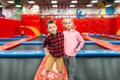 Scherzt Freizeit, Kinder auf aufblasbaren Anziehungskräften stockfotografie