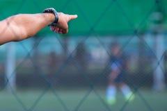 Scherzt Fußballtrainer auf Fußballplatz Stockfoto