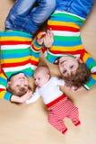 Scherzt glückliche kleine Vorschule zwei Jungen mit neugeborenem Baby Stockbild