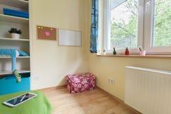 Scherzt Raum mit Pinnwänden auf Wand Stockfotos