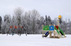 Scherzt Spielplatz an einem Tag des verschneiten Winters Lizenzfreie Stockfotografie