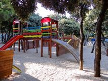 Scherzt Spielplatz im autocamp Simuni in Kroatien-Insel PAG lizenzfreie stockbilder