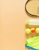 Scherzt Tennismaterial auf Sahnehintergrund Sport, Eignung, Tennis, gesunder Lebensstil, Sportmaterial Kalktrainer, Tennisbälle,  lizenzfreie stockfotos